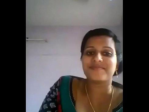 mulher mostrando os seios no pc