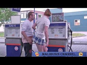 Loira amadora dando no posto de gasolina