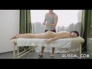Novinha fazendo massagem e dando gostoso