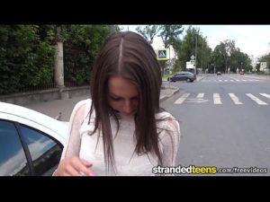 Novinha com o dedo no cú anal no carro