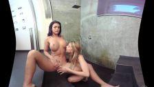 Lésbicas se chupando no banheiro porno