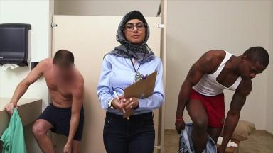 MIA KHALIFA putinho fodendo com dois machos quentes