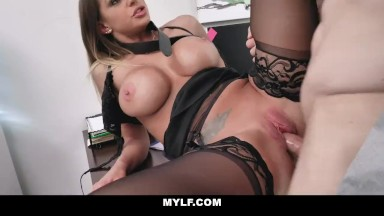 Sexo a força fodendo com essa gata de lingerie bem gostosa