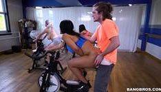 Comendo a gostosa na bicicleta