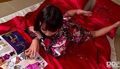 pono de novinha japinha se mostrando na cama