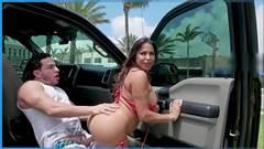 Sexo porno dentro do carro com gostosa