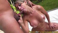 Sexo porno chupando o pau grosso do macho quente