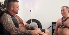 Video porno chupando o pé do amigo gay