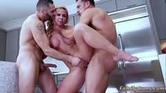 sexo porno com idosa safada fodendo com dois machos