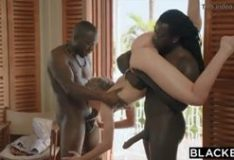 Suruba interracial loirinha dando show na suruba com negros roludos