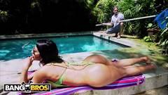 Morena encantadora fode na beira da piscina com caseiro roludo