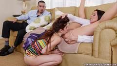 Sortudo assiste lésbicas se chupando e ganha boquete duplo