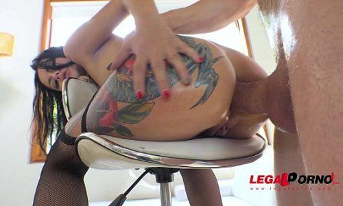 Magrinha da bunda tatuada na suruba com dois machos ticudos