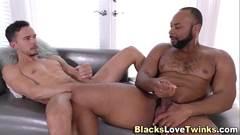 Negro bombado arromba cu do gay e enche boca de leite