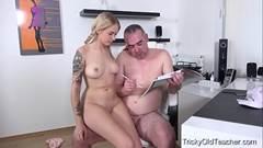 Loira tatuada fode com tio gordinho dotado e ganha leite na boca