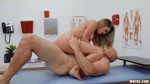 Ninfeta cavalga no pau grande e grosso do ginecologista no consultório