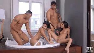 Casais sacanas fazendo troca troca dentro da banheira do apartamento