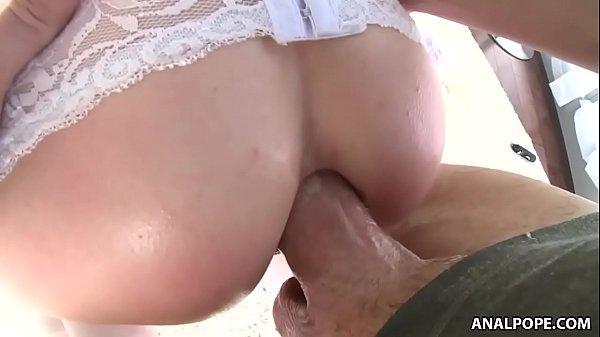 Loira soca dedos no cu e faz anal com macho do caralho enorme